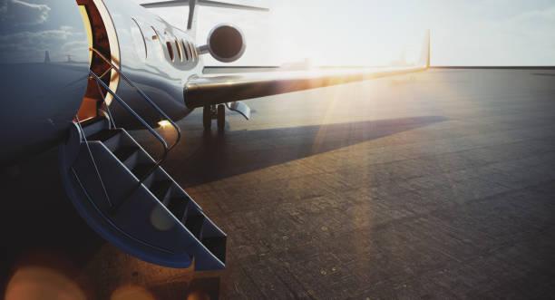 Nahaufnahme von Business-Jet-Flugzeug geparkt an der Außenseite und warten vip Personen. Luxustourismus und Business-Reise-Transport-Konzept. Flares. 3D-Rendering. – Foto