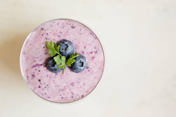 vue rapprochée de pouding bleuets de clerbois, vue d'en haut - pudding au lait roses photos et images de collection