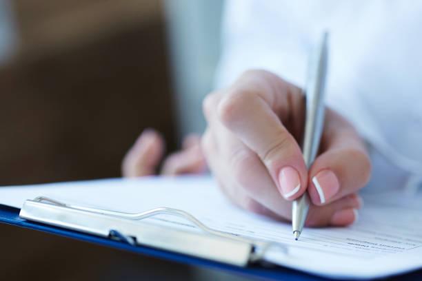 Vergrößerte Ansicht des weiblichen Arzt Hände Füllung Patienten Registrierung oder Rezept Form. Gesundheitswesen, Medizin und Pharmazie-Konzept. – Foto