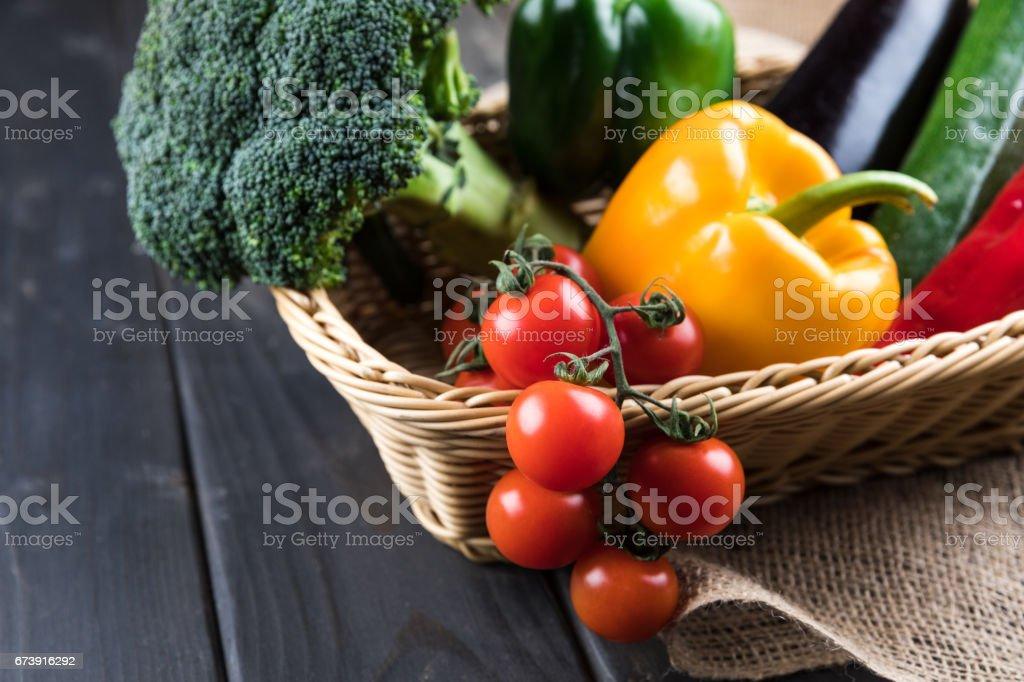Vue rapprochée de légumes saisonniers dans le panier sur la table en bois rustique photo libre de droits