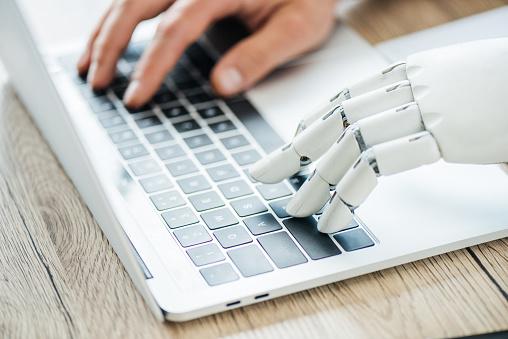 직장에서 노트북에 입력 하는 인간과 로봇 손의 근접 보기 STEM-주제에 대한 스톡 사진 및 기타 이미지