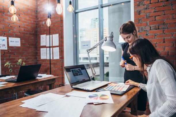 Nahaufnahme der interior Designer Arbeitsbereich mit Grafik Tablet, Laptop, Handy und Farben auf Schreibtisch – Foto