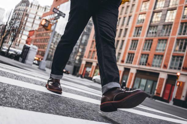Nahaufnahme der Mann Beine tragen Schuhe Crosswalk Straße – Foto