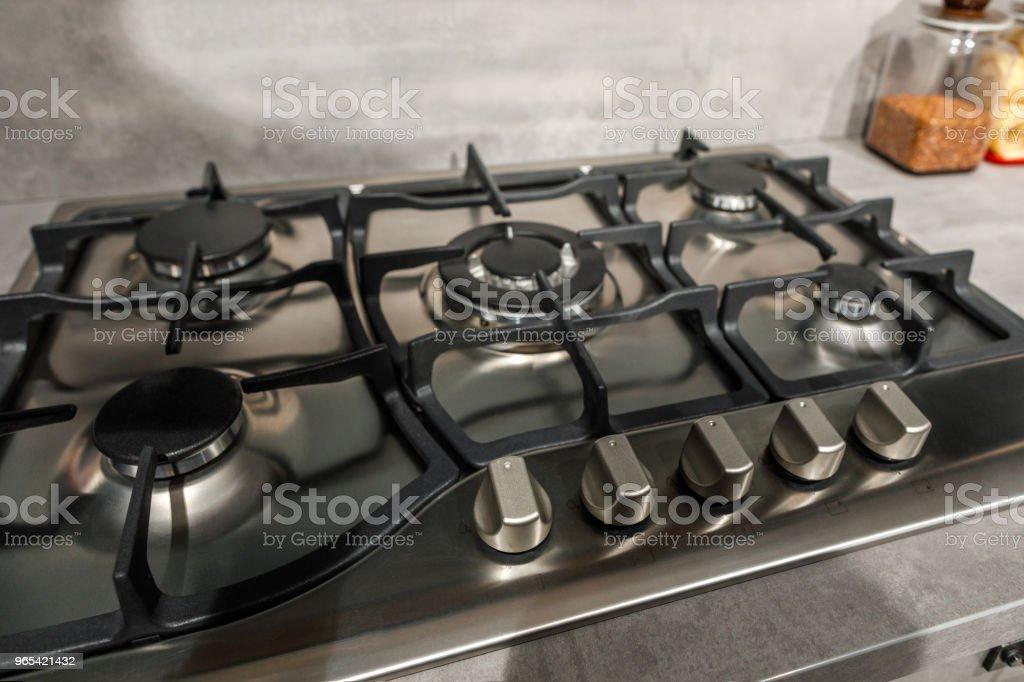Vue rapprochée du métal poêle dans cuisine rénovée - Photo de Ameublement libre de droits