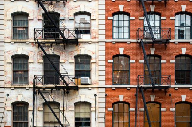 close-up beeld van new york city stijl flatgebouwen met emergency trap langs mott street in chinatown-wijk van manhattan, new york, verenigde staten... - chinatown stockfoto's en -beelden