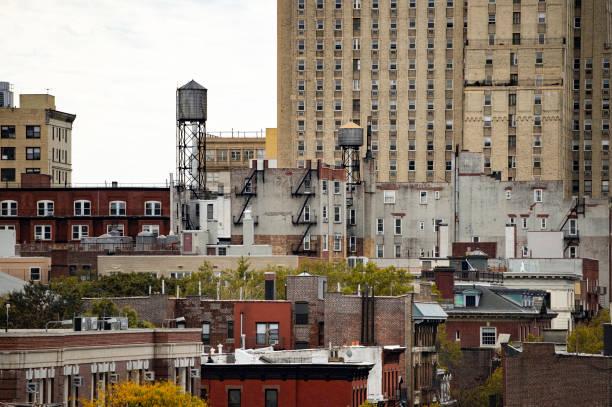 nahaufnahme der new yorker wolkenkratzer mit wassertanks auf dem dach von einigen gebäuden.  manhattan, new york city, usa. - sprüche über reisen stock-fotos und bilder