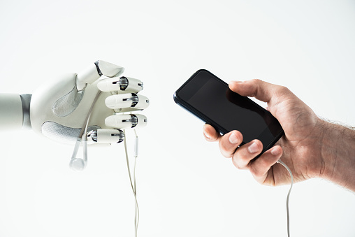 로봇 이어폰 및 인간의 손을 잡고 스마트폰 흰색 절연의 근접 보기 STEM-주제에 대한 스톡 사진 및 기타 이미지
