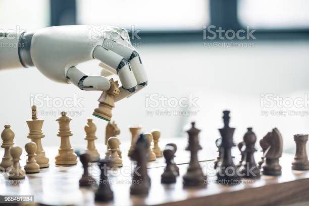 Foto de Closeup Vista Do Robô Jogando Xadrez Foco Seletivo e mais fotos de stock de Braço robótico