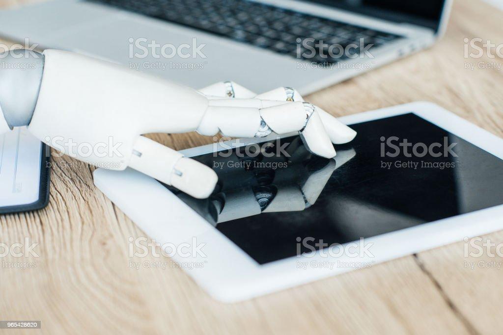 빈 화면 디지털 태블릿을 사용 하 여 로봇의 근접 보기 - 로열티 프리 0명 스톡 사진
