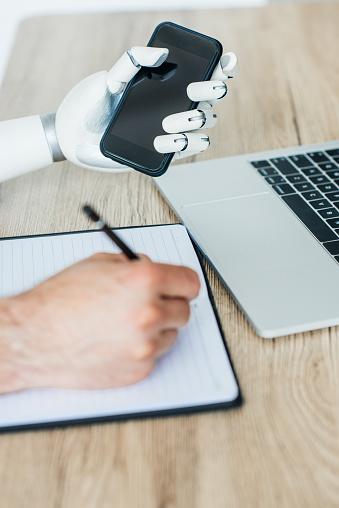 들고 스마트폰 인간의 손을 복용 메모 나무 테이블에서 로봇 팔의 근접 보기 STEM-주제에 대한 스톡 사진 및 기타 이미지