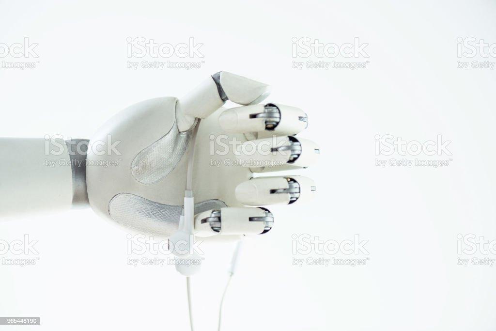 Nahaufnahme der Roboterhand hält Ohrhörer isoliert auf weiss - Lizenzfrei Elektronik-Industrie Stock-Foto