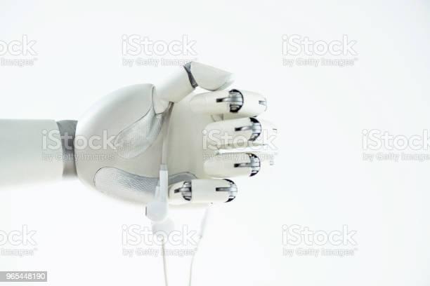 Nahaufnahme Der Roboterhand Hält Ohrhörer Isoliert Auf Weiss Stockfoto und mehr Bilder von Elektronik-Industrie