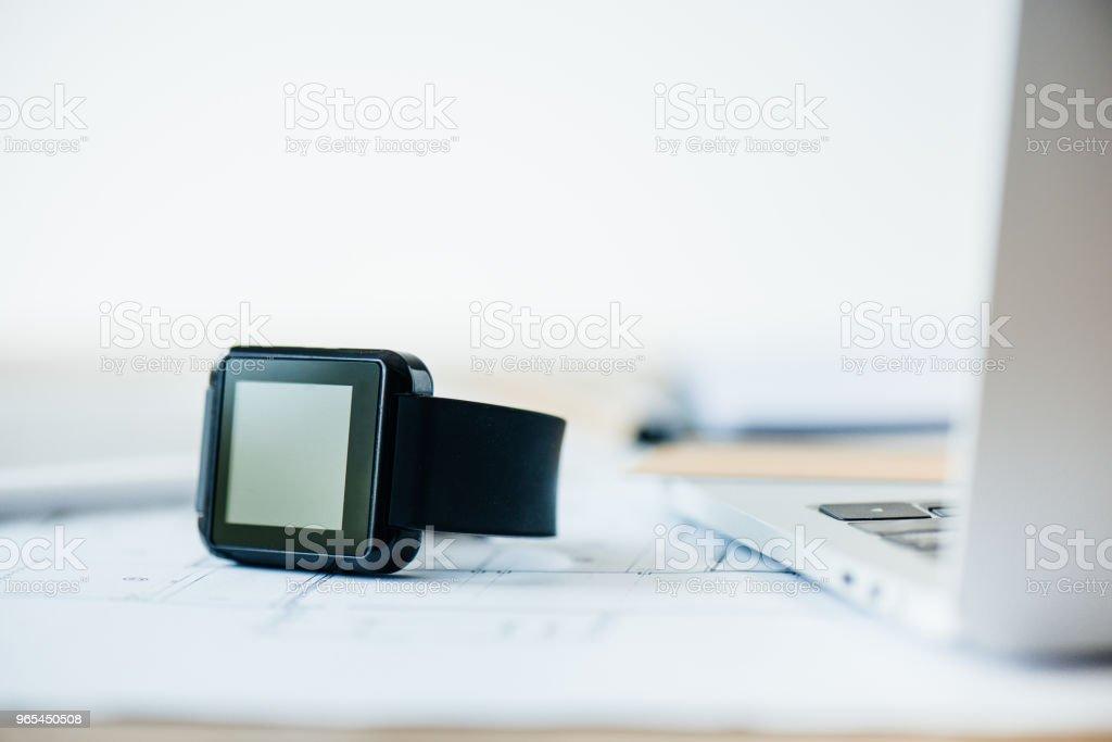 vue rapprochée de la smartwatch et l'ordinateur portable au lieu de travail - Photo de Application mobile libre de droits