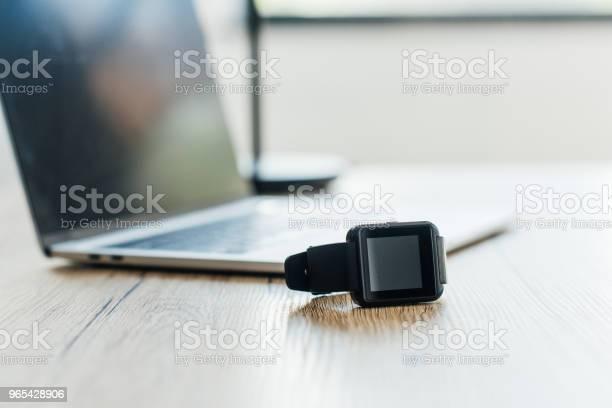Zbliżenie Smartwatcha I Laptopa Na Drewnianym Stole Selektywne Ustawianie Ostrości - zdjęcia stockowe i więcej obrazów Smartwatch