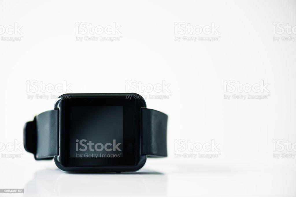 vue rapprochée du smartwatch avec écran noir sur fond gris - Photo de Application mobile libre de droits