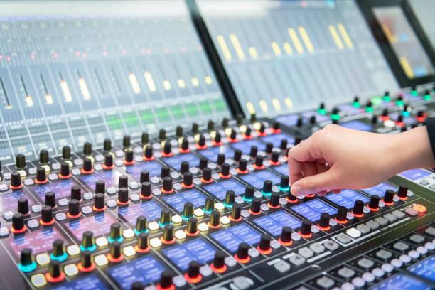 Nahaufnahme des Toningenieurs, der ein digitales Audio-Mischpult einstellt. – Foto