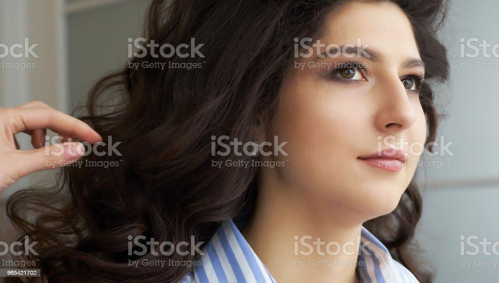 髮型師的手和梳子的特寫視圖梳理一個新髮型的顧客頭在美髮沙龍 - 免版稅一個人圖庫照片