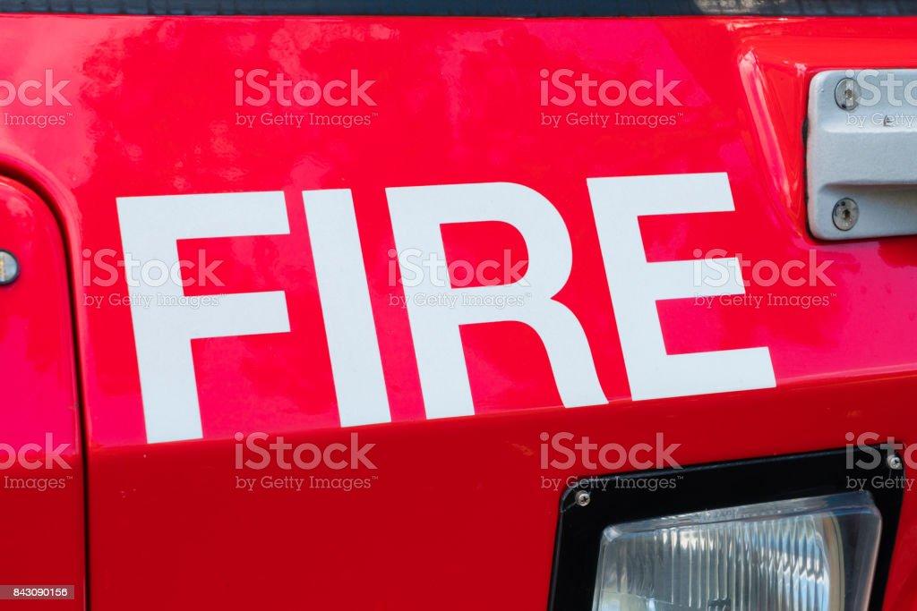 Vista de primer plano del fuego de la palabra en un cuerpo de bomberos - foto de stock