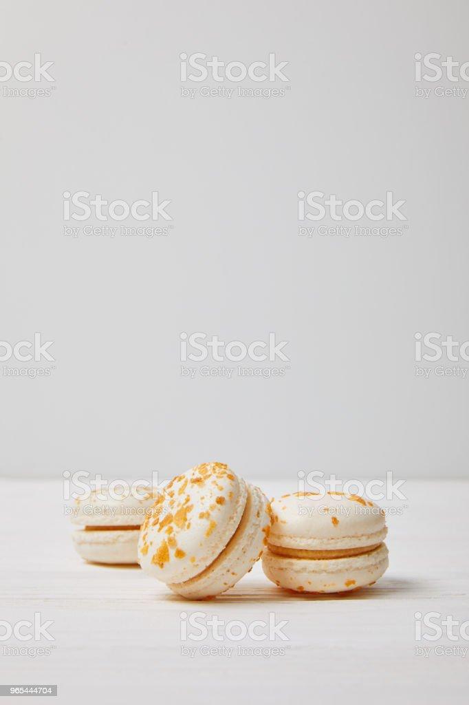 흰색 나무 테이블에 3 개의 macarons의 근접 촬영 보기 - 로열티 프리 0명 스톡 사진
