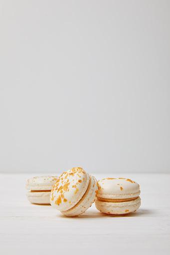 흰색 나무 테이블에 3 개의 Macarons의 근접 촬영 보기 0명에 대한 스톡 사진 및 기타 이미지