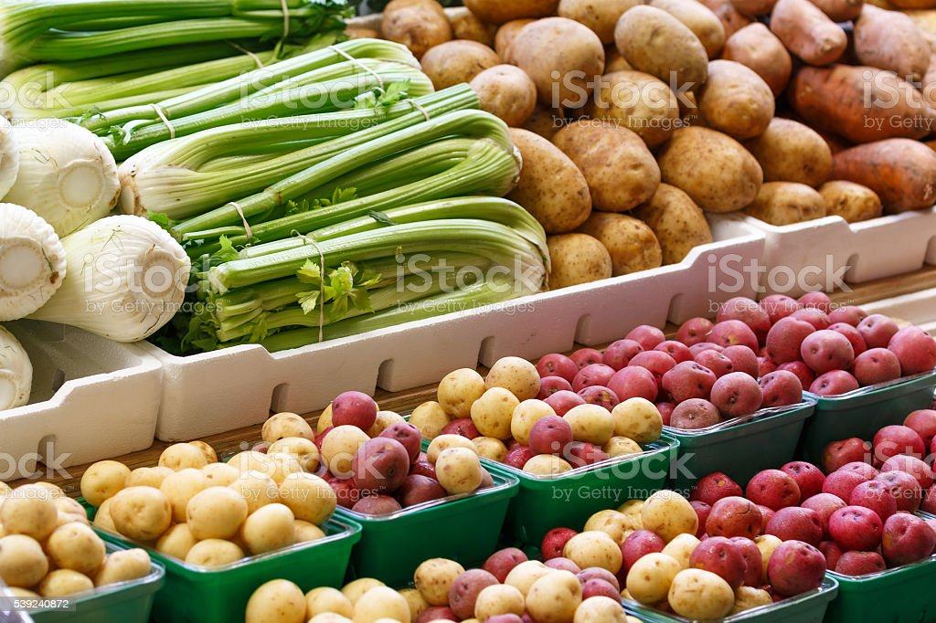 Primer plano vista de diferentes frutas y vegetales foto de stock libre de derechos