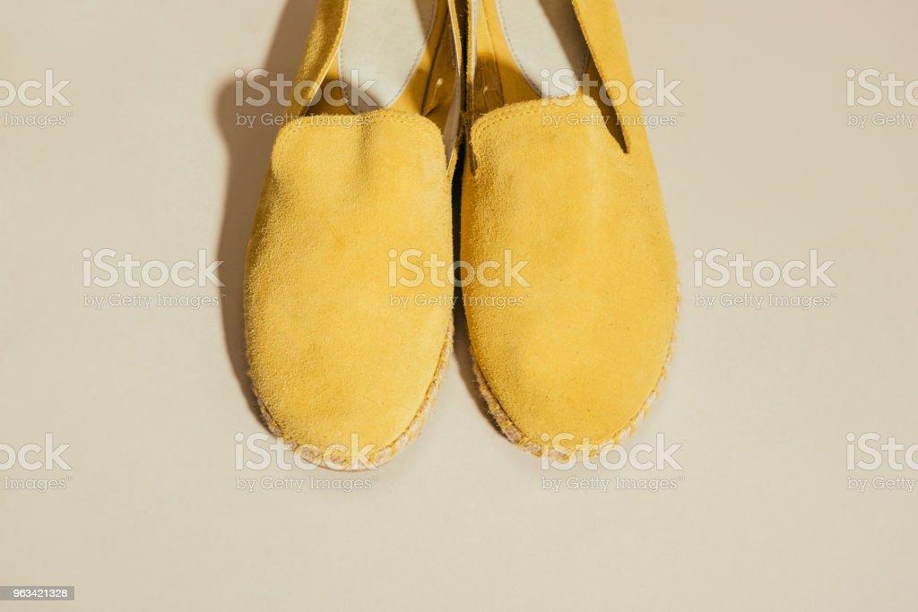 vue d'espadrilles chic jaunes sur fond beige - Photo de Beauté libre de droits