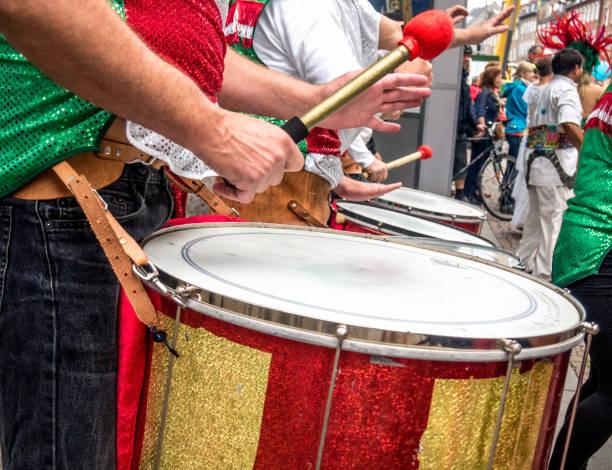 nahaufnahme des jungen männlichen trommler spielen in einer straße marching band während einer samba-parade in santiago de compostela, galicien, spanien. - sambatrommeln stock-fotos und bilder