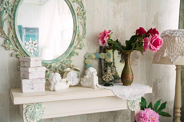 nahaufnahme jahrgang innen mit spiegel - nautisches schlafzimmer stock-fotos und bilder