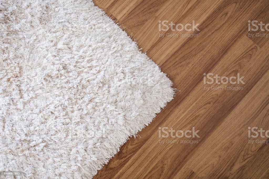 Primer plano alfombra blanca de laminado pisos de madera en living, decoración de interiores - foto de stock
