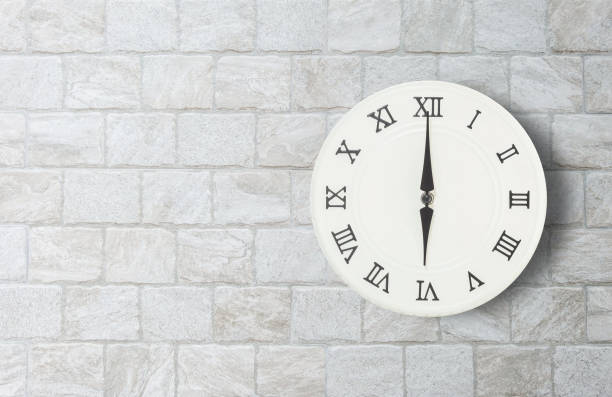 closeup weiße uhr zum dekorieren in 06:00 auf alten ziegel wand strukturierten hintergrund mit textfreiraum im innenraum-konzept - römisch 6 stock-fotos und bilder
