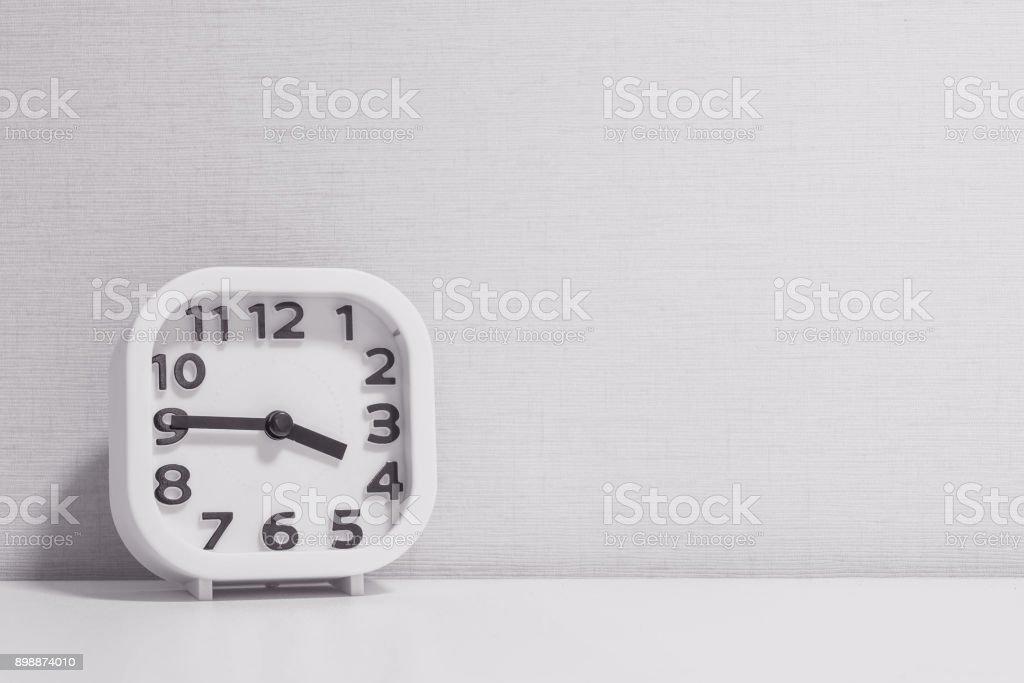 Blanc closeup horloge pour décorer montrent un quart à ou à