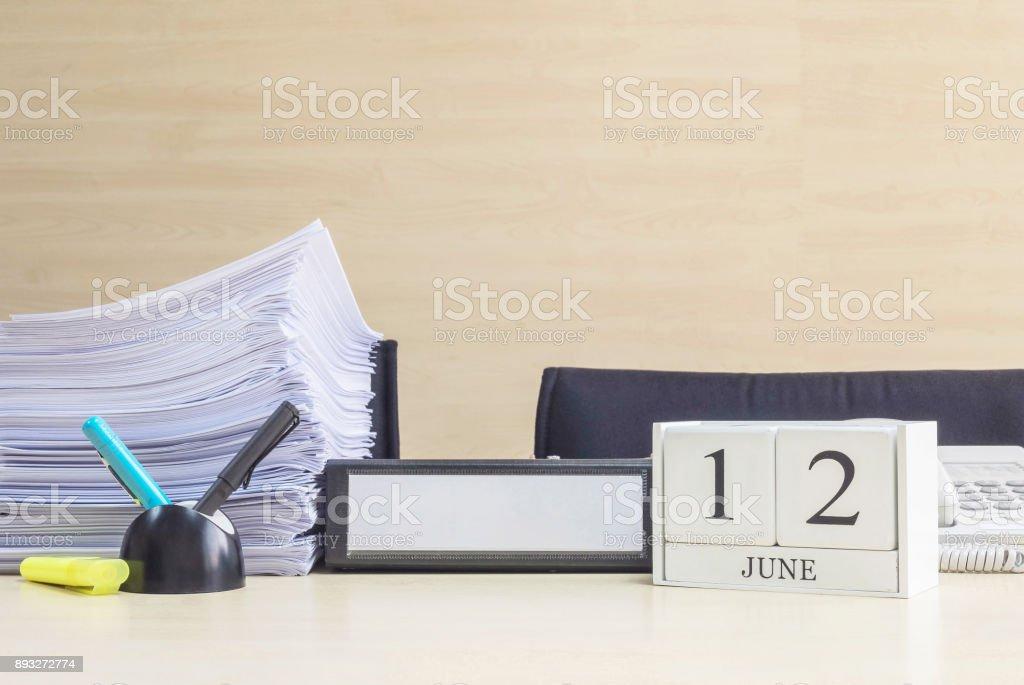 Calendário de madeira closeup branco com preto palavra de 12 de junho na turva mesa madeira marrom e madeira parede texturizado fundo no escritório quarto vista com espaço de cópia, foco seletivo para o calendário - foto de acervo