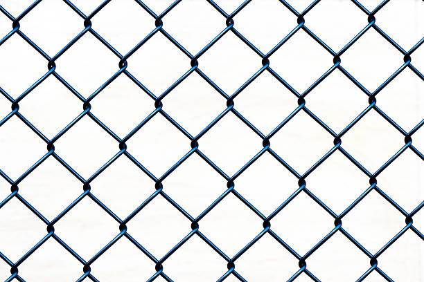 gros plan de clôture câblé aginst fond blanc, espace pour copie - grillage photos et images de collection