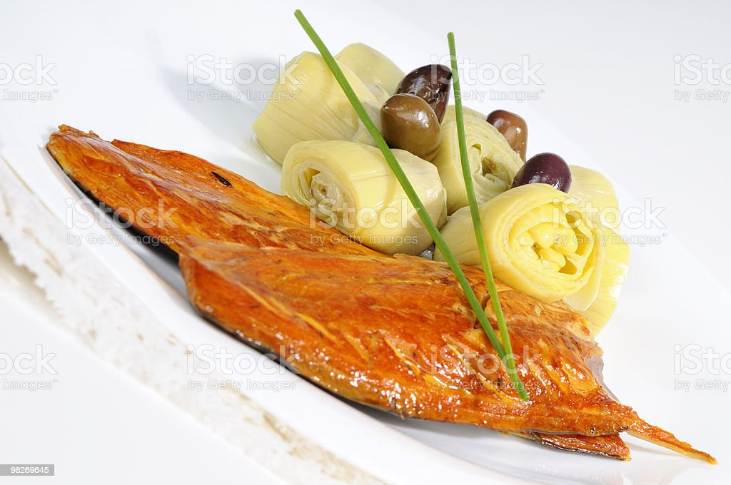 close-up con pesce, cipolle e olive foto stock royalty-free