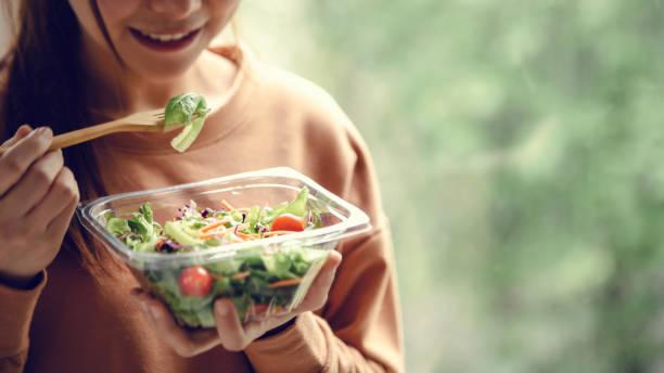 Nahaufnahme Frau essen gesunde Lebensmittel Salat – Foto