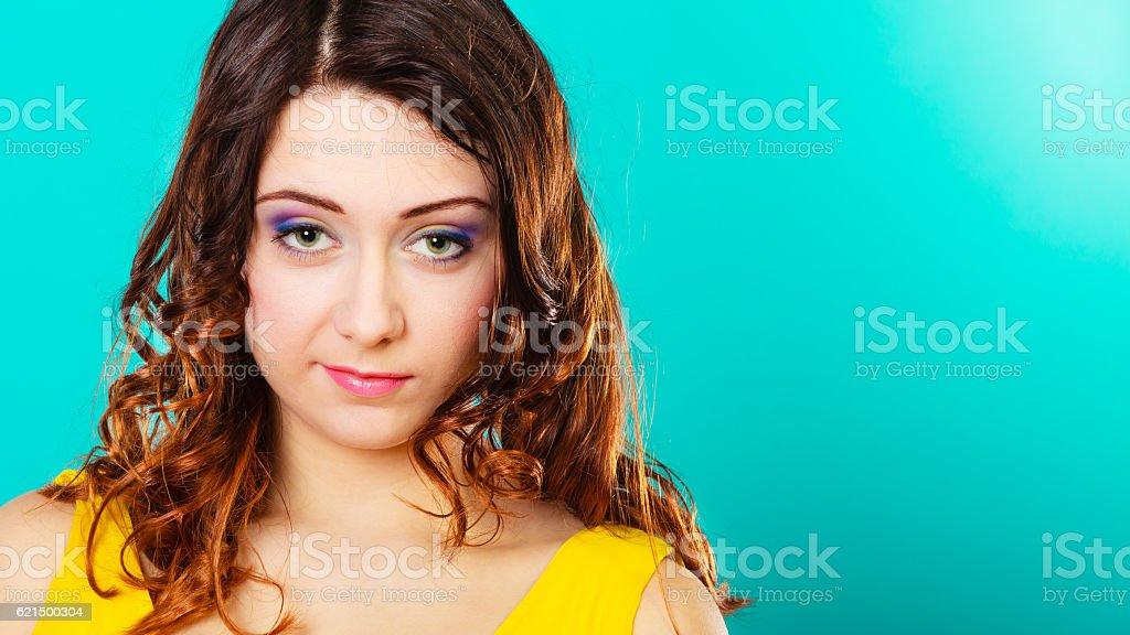 Gros plan du visage de femme long cheveux bouclés portrait photo libre de droits
