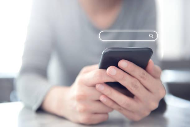 Closeup Frau Hände mit Handy mit Suche Browsing Internet Data Information Networking Concept. – Foto