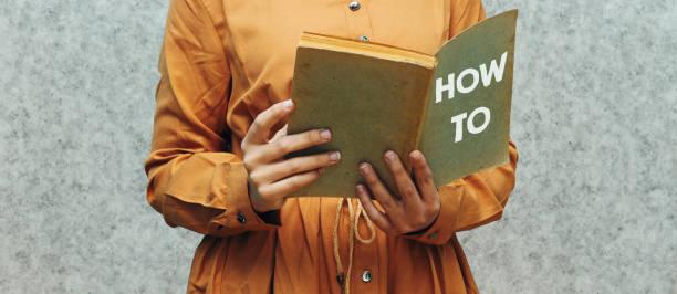 Nahaufnahme Frau hält ein Buch mit, wie man Konzept – Foto