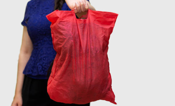 Nahaufnahme Frau hält Kleidung in Tasche für Spenden – Foto