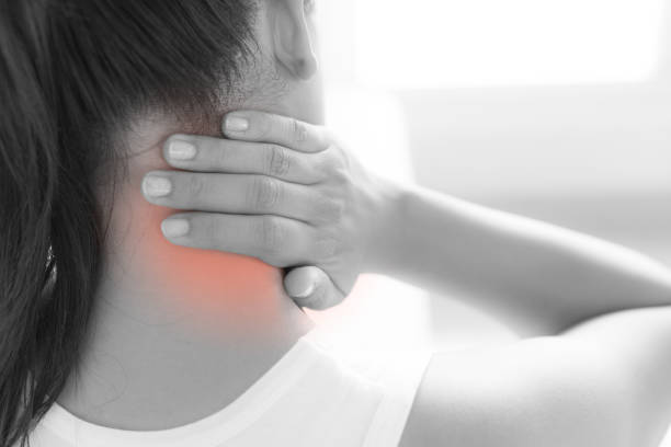closeup frau nacken und schulter schmerzen und verletzungen. medizinischen konzept. schwarz / weiß-ton. - schultersteife stock-fotos und bilder