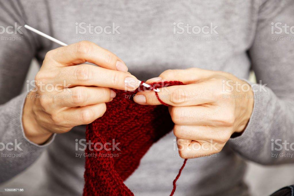 Closeup Womans Hände Roter Burgunder wolle Garn stricken – Foto