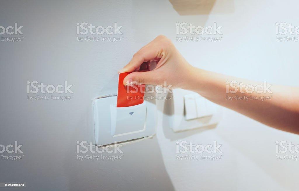 Closeup Frauen Hand Insert Key-Card zur Eröffnung leichte elektronische im Hotelzimmer.  Hotel Zimmerschlüsselkarte in elektronischer Verschluss an der Wand – Foto