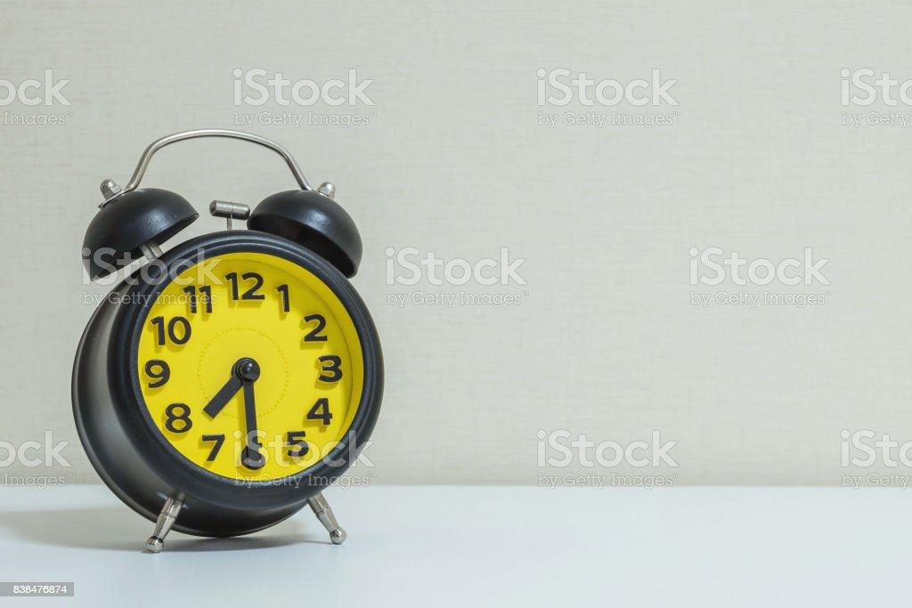 Gros plan jaune et noir réveil pour décorer show ou le