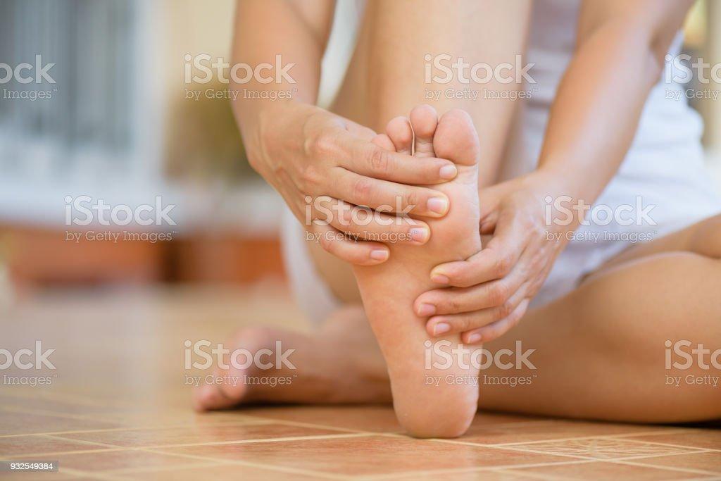 Closeup junge Frau Gefühl Schmerz in ihrem Fuß zu Hause. Gesundheitswesen und medizinische Konzept. – Foto