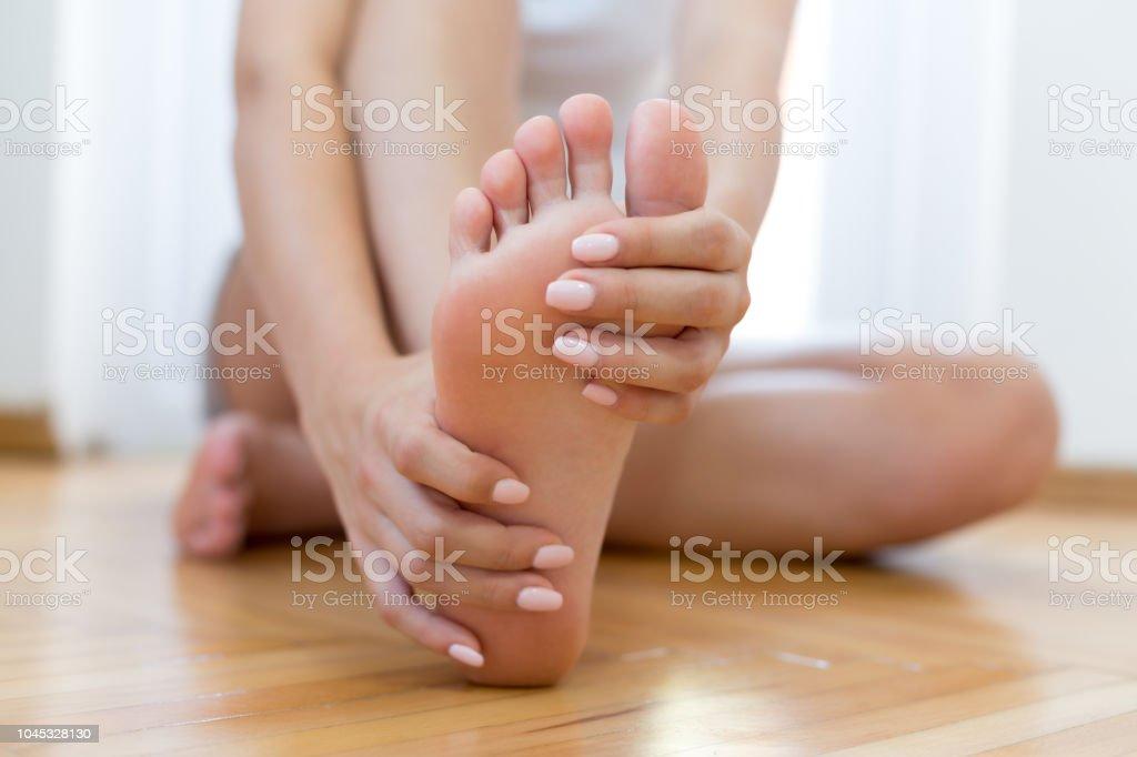 Closeup junge Frau Gefühl Schmerz in ihrem Fuß - Lizenzfrei Alternative Behandlungsmethode Stock-Foto