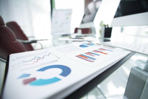 closeup.financial Diagramm auf dem Tisch von einem Geschäftsmann – Foto