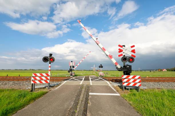 afsluiting Barriere bij trein rainway kruising en blauwe lucht foto