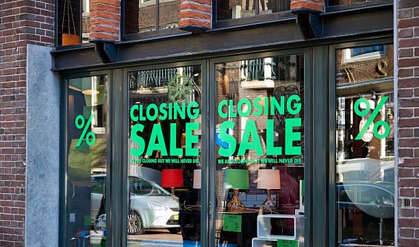 sale-Beschilderung in Fenster schließen – Foto