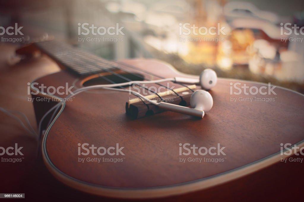 Closu omhoog van Ukulele en oortelefoon vintage Toon - Royalty-free Akkoord Stockfoto