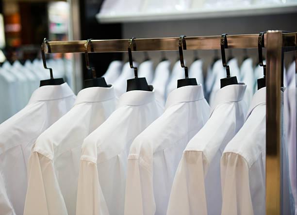 Tuch Kleiderbügel mit Hemden – Foto